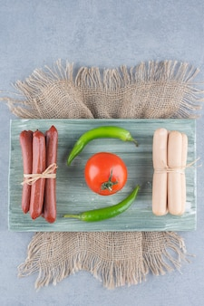 Kiełbasa i salami z warzywami na pokładzie.