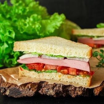 Kiełbasa kanapkowa, warzywa, tamato, sałata