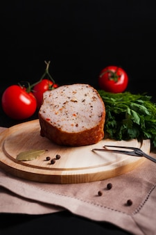 Kiełbasa mięsna na desce z sosem
