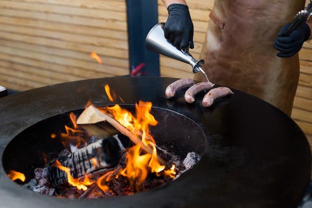 Kiełbasa na grillu dla palaczy grilla. gorąca i wędzona kiełbasa. festiwal jedzenia
