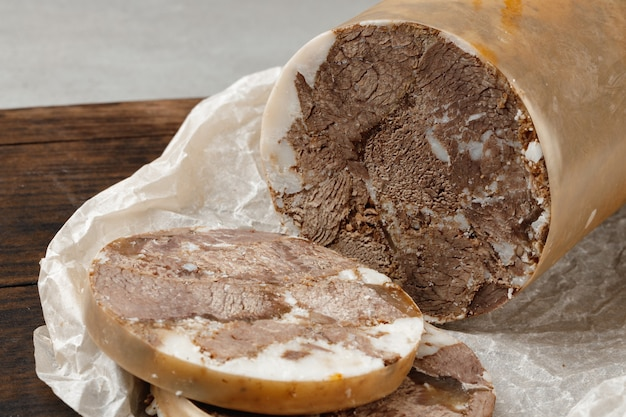 Kiełbasa siekanego mięsa na desce z bliska