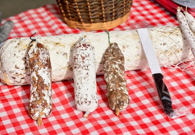 Kiełbasa suszona w białym opakowaniu na rynku francuskim