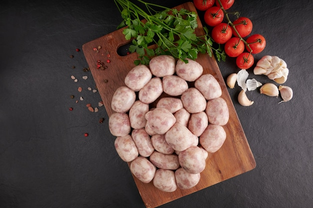 Kiełbasa tajska isaan. kiełbasy e-sarn, kiełbasy domowej roboty z tajskimi ziołami, warzywa (sai krawk e-san).