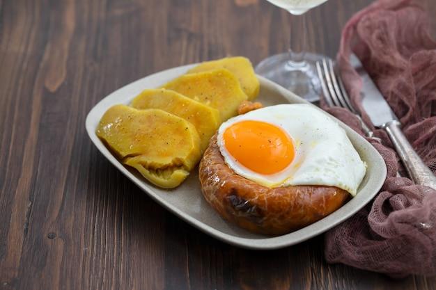 Kiełbasa wędzona smażona alheira z jajkiem sadzonym i batatem