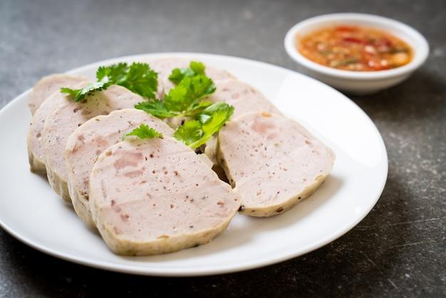 Kiełbasa wieprzowa wietnamska lub wietnamska wieprzowina gotowana na parze