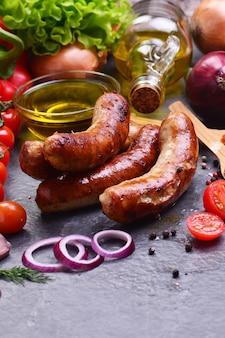 Kiełbaski wieprzowe z przyprawami i warzywami