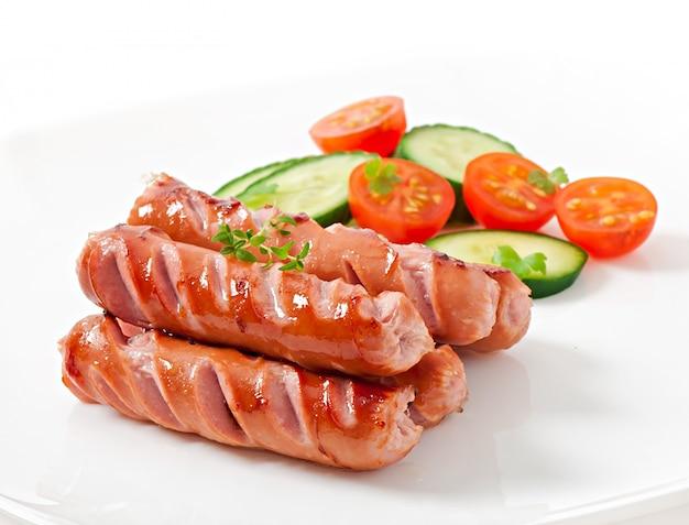 Kiełbaski z grilla i sałatka