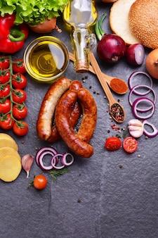 Kiełbasy wieprzowe z przyprawami i warzywami