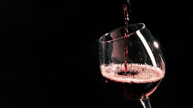 Kielich napełniania czerwonego wina