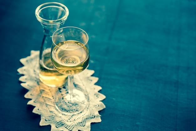 Kieliszek białego wina w stylu vintage