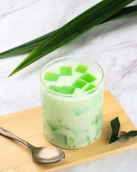 Kieliszek buko pandan, popularnego deseru philipnes, zrobionego z galaretki, mleka, pereł sago i posiekanego młodego kokosa. popularny wśród ramadhan breakfasting (buka puasa)