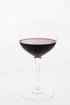 Kieliszek czerwonego wina na białym tle