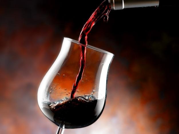 Kieliszek czerwonego wina z bliska