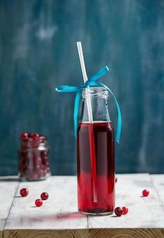 Kieliszek czerwonego wina z jagodami