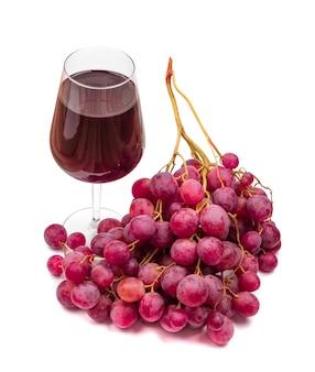 Kieliszek czerwonego wytrawnego wina i winogron na białym tle