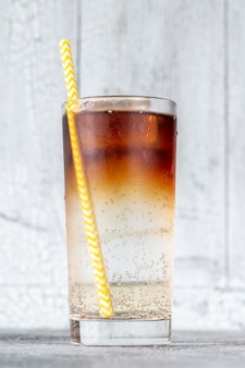 Kieliszek dark 'n' stormy koktajl z piwa imbirowego i ciemnego rumu