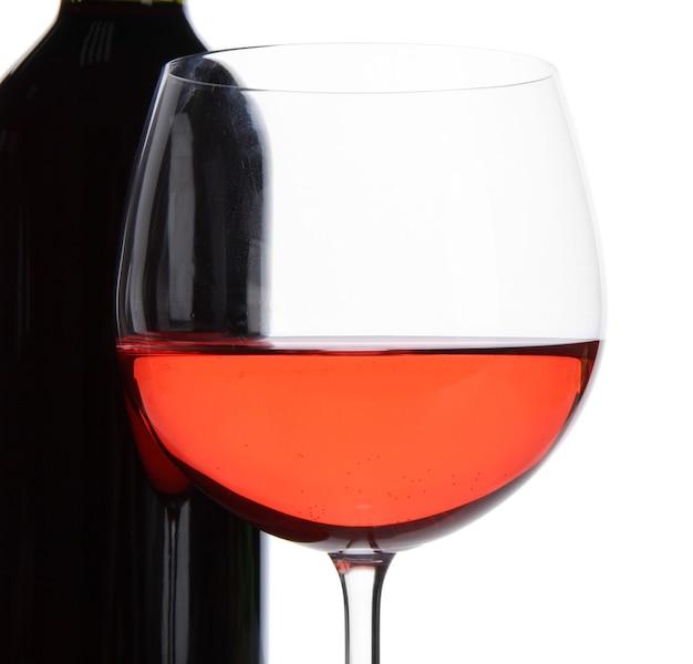 Kieliszek Do Czerwonego Wina I Butelka Wina Na Białym Tle Premium Zdjęcia
