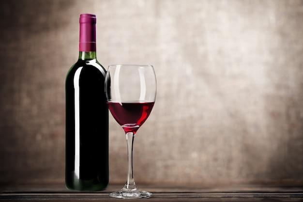 Kieliszek do czerwonego wina na tle