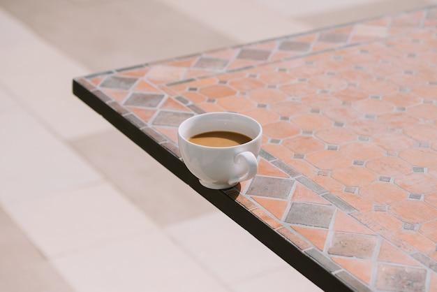 Kieliszek do gorącego napoju w porze śniadania, może być kawa lub kakao. z niezobowiązującą atmosferą. poczuj się zrelaksowany i ciepły.