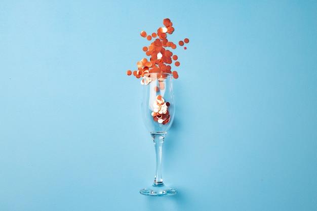 Kieliszek do szampana z konfetti płaski widok z góry
