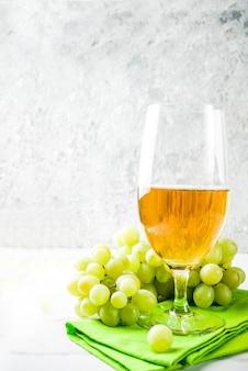 Kieliszek do wina białego z winogronami