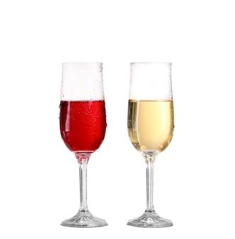 Kieliszek do wina czerwonego na białym tle na białej ścianie