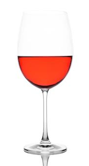 Kieliszek do wina czerwonego na białym tle
