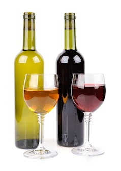 Kieliszek do wina i butelka wina na białym tle