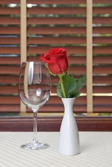 Kieliszek do wina i wstał na stole