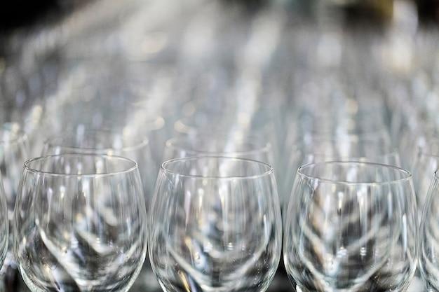 Kieliszek do wina na wystawie na stole. wystrój ślubu