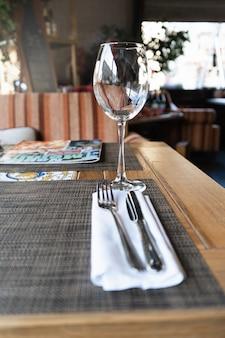 Kieliszek do wina w restauracji. stolik w restauracji dla gości.