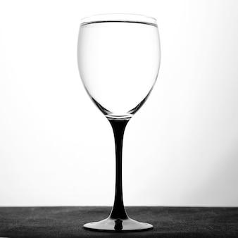Kieliszek do wina z wodą na białym tle