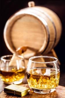 Kieliszek dojrzałej whisky, rustykalna oprawa barowa, napój destylowany