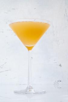 Kieliszek koktajlu between the sheets w kieliszku do martini