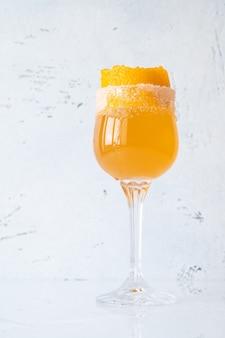 Kieliszek koktajlu brandy crusta przyozdobiony skórką pomarańczy