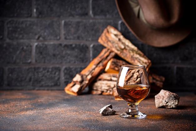Kieliszek koniaku lub whisky.