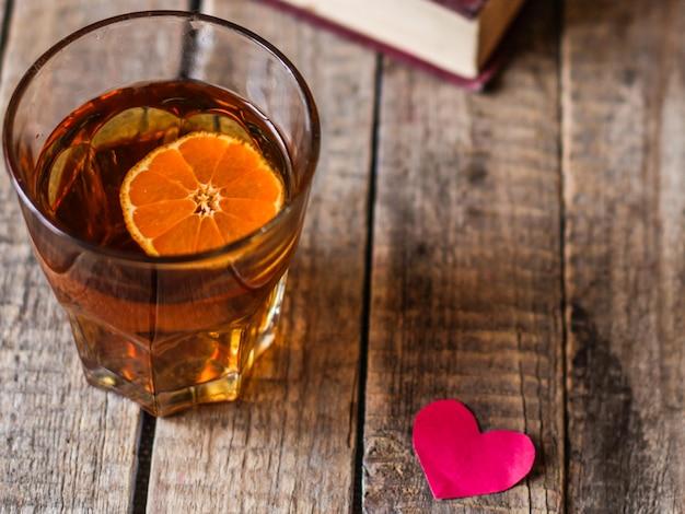 Kieliszek pomarańczowego ponczu i serca