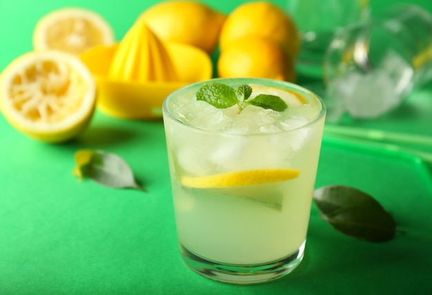 Kieliszek smacznej zimnej lemoniady