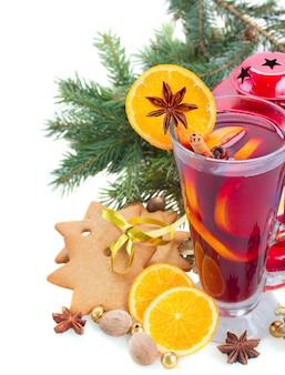 Kieliszek świątecznego grzanego wina z jodłą i dekoracjami na białym tle