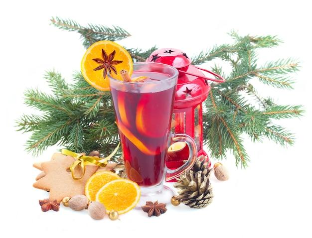 Kieliszek świątecznego grzanego wina z jodłą i latarnią na białym tle