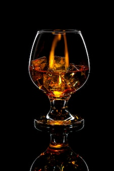 Kieliszek szkockiej whisky z lodem