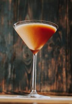 Kieliszek trinidad sour na podłoże drewniane