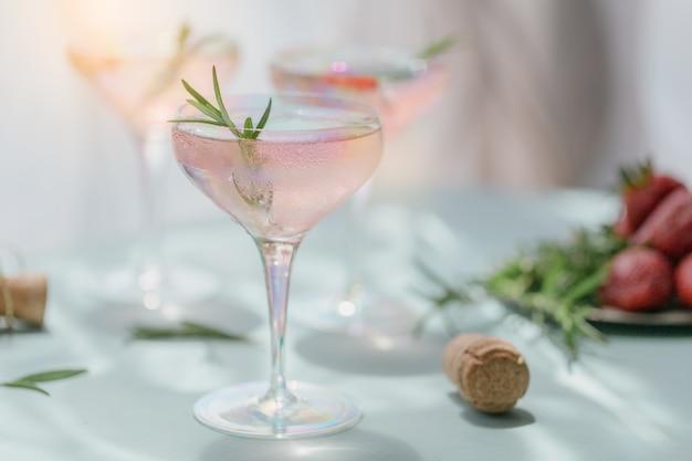 Kieliszek truskawkowego koktajlu lub mocktaila, orzeźwiający letni napój z kruszonym lodem i gazowaną wodą