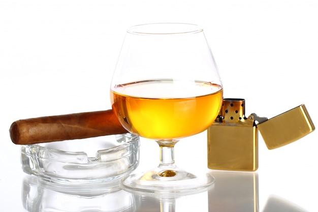 Kieliszek whisky i cygara