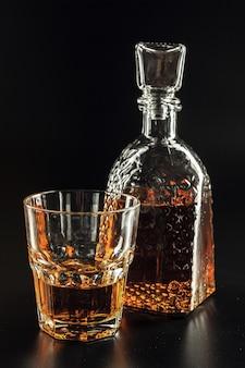 Kieliszek whisky i kwadratowy dekanter