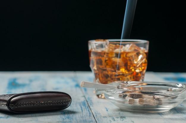 Kieliszek whisky i papierosa