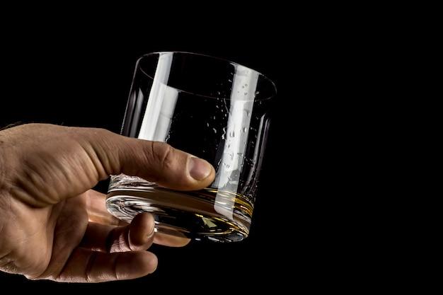 Kieliszek whisky w ręku