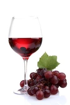Kieliszek wina i winogron na białym tle