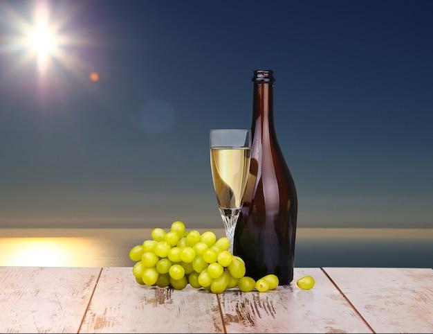 Kieliszek wina, kieliszek wina i winogron na pokładzie na białym tle