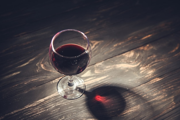 Kieliszek wina na drewnianym stole